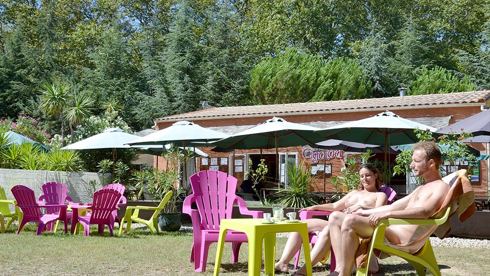 Le camping terre de soleil pinet vacances libertines for Piscine libertine