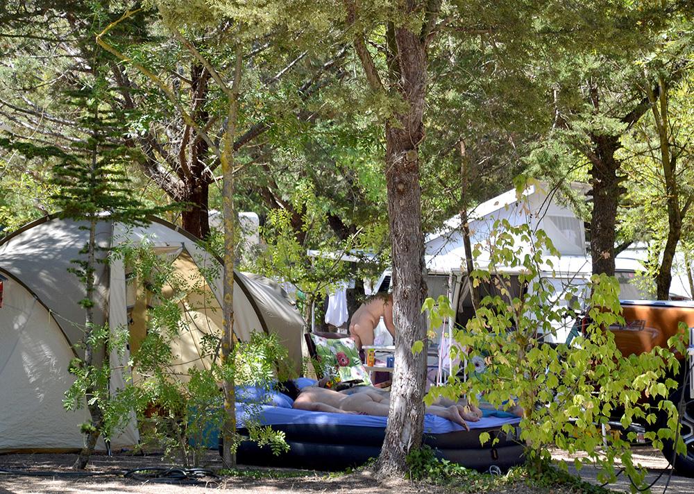 Grand emplacement arboré pour camping-car, caravane, tente.